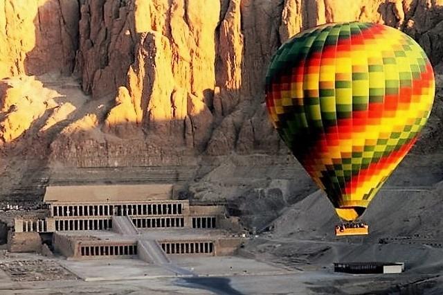 Ballonflyvning ved Hatshepsut dronninge tempel Luxor