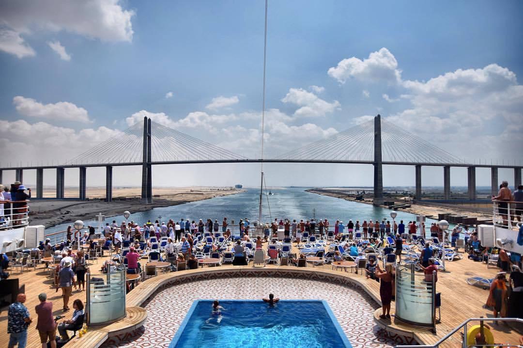 Al Salam broen, eller Fred Broen, er en vejbro krydser Suez-kanalen på El Qantra